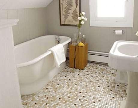 7. Piso cerâmico para banheiro com pastilhas.