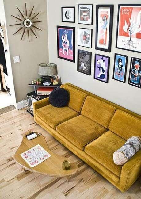 32. Sala de estar com piso laminado de madeira e sofá amarelo mostarda. Fonte: Constance Zahn