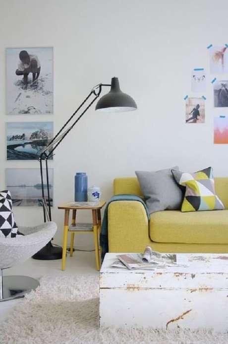 42. O sofá amarelo trouxe vida para a decoração neutra. Fonte: Pinterest