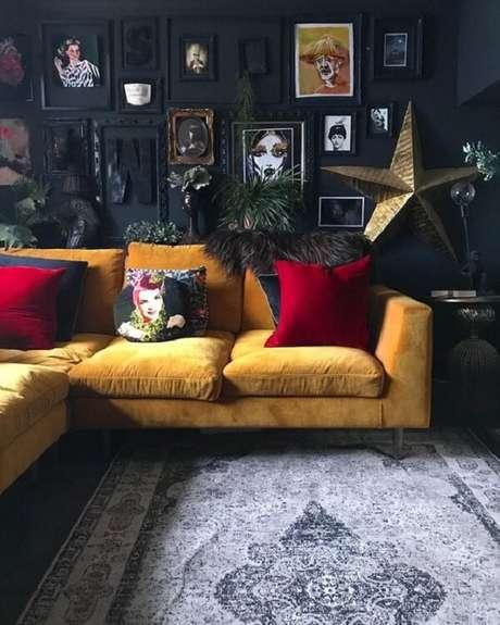 36. Ambiente dark com sofá amarelo e quadros decorativos. Fonte: Pinterest