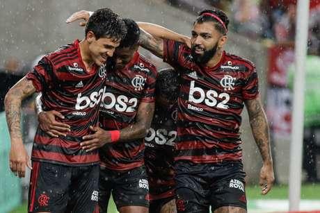 Pedro, Bruno Henrique e Gabigol comemoram gol sobre o Resende.