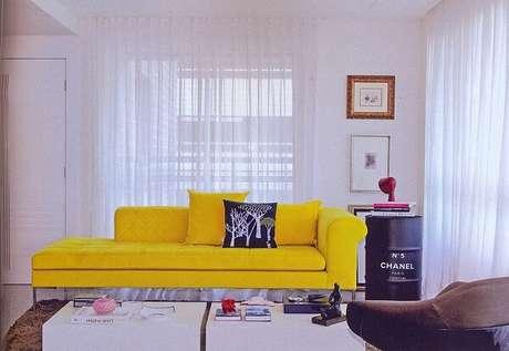 37. Modelo de sofá amarelo para sala de estar. Fonte: Pinterest