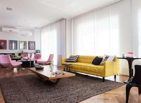 40. Ambiente descontraído com cadeiras em tom rosa e sofá amarelo. Fonte: Casa e Jardim