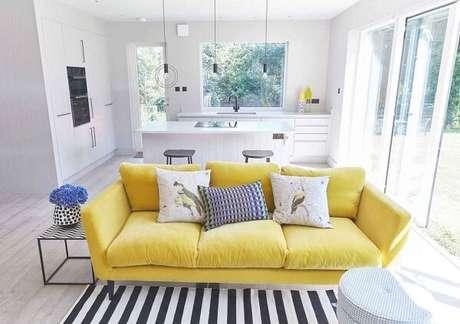 49. Sala com sofá amarelo e decoração clean. Fonte: Pinterest