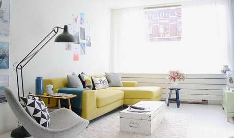 38. Decoração minimalista com sofá amarelo. Fonte: Pinterest
