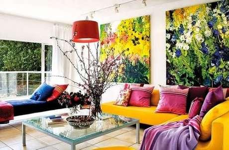 2. O sofá amarelo se harmoniza com os quadros decorativos do ambiente. Fonte: Pinterest