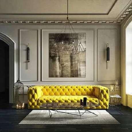 39. Sofá amarelo chesterfield e tapete cinza. Fonte: Pinterest
