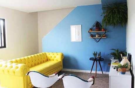 41. Sala pequena com sofá amarelo chesterfield. Fonte: Blog Casa da Iaza