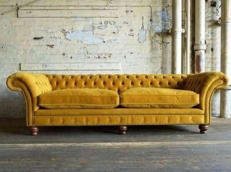 43. Modelo de sofá amarelo chesterfield. Fonte: Pinterest