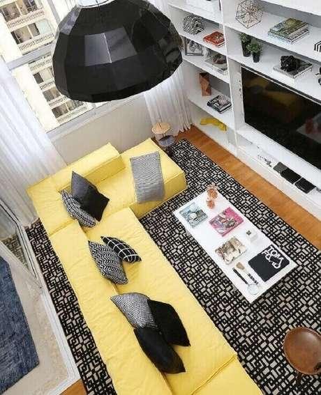 55. Sofá amarelo com chaise grande acomoda várias pessoas na sala de TV. Fonte: Pinterest
