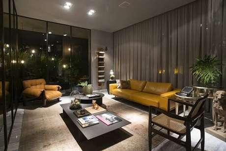 44. Sala de estar com poltrona mole e sofá amarelo de couro. Fonte: Limão na Água