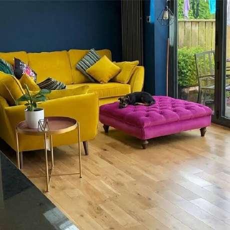 45. Sala de estar pequena com sofá amarelo de veludo. Fonte: MdeMulher