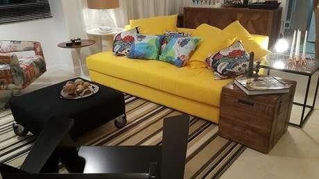 46. Sala com sofá amarelo e tapete listrado. Projeto por Lucio Nocito