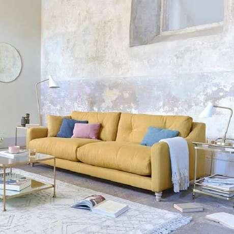 26. Sofá amarelo suede e almofadas coloridas lisas. Fonte: MdeMulher