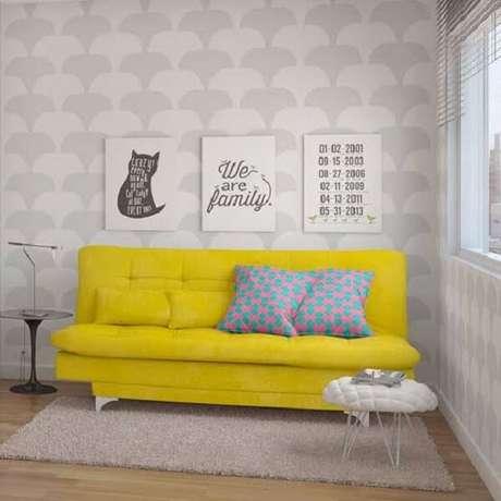 52. Otimize os espaços da casa utilizando um modelo de sofá amarelo cama versátil 3 lugares. Fonte: Pinterest