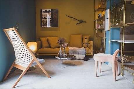 51. Sofá amarelo e estante metálica dourada. Projeto por Melina Romano