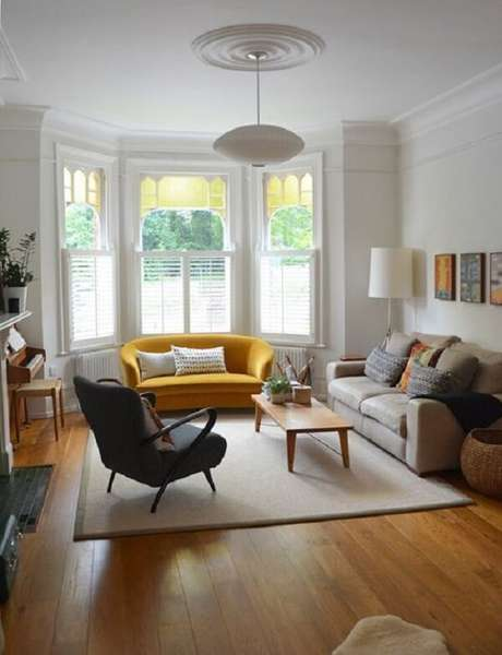 56. O ponto de destaque da sala é o sofá amarelo. Fonte: Pinterest