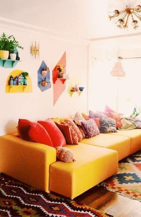 57. Decoração colorida com sofá amarelo e diversas almofadas. Fonte: Encadreé Posters