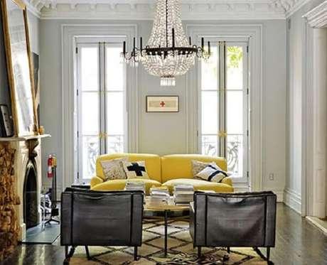 58. Sala de estar com lustre de cristal e sofá amarelo. Fonte: Pinterest
