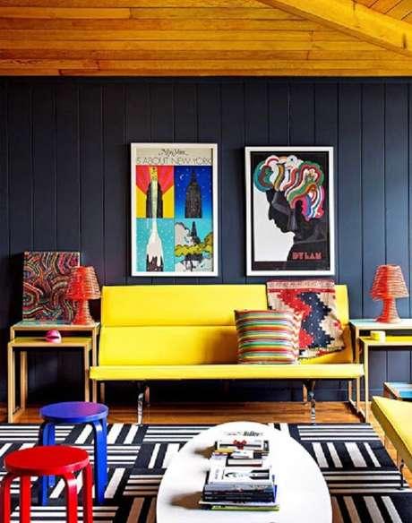 59. Decoração descontraída com sofá amarelo. Fonte: Pinterest