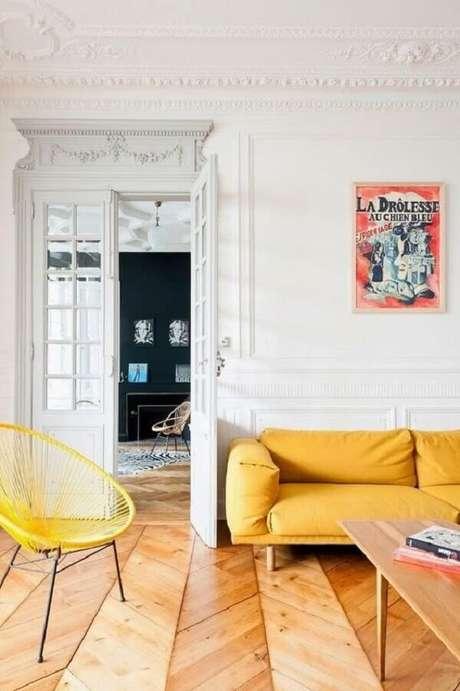 60. Sala com piso de madeira e sofá amarelo. Fonte: Pinterest