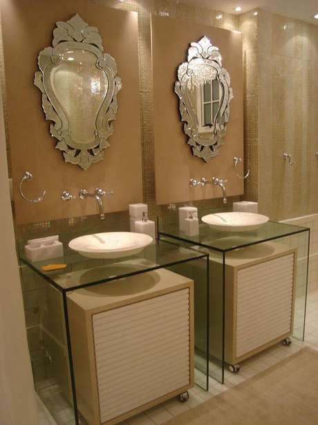 9. Os espelhos vitorianos são um charme a parte neste banheiro. Projeto por Ana Lucia Martins