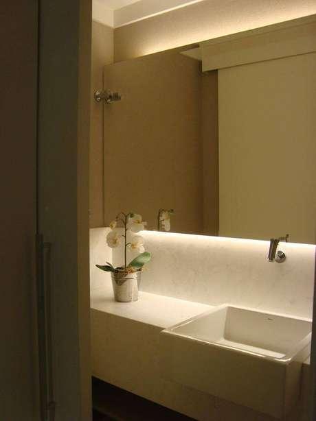 64. Cuba para banheiro branca embutida na bancada de mármore. Projeto por Daniella Lima