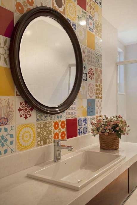 3. Cubapara banheiro embutida otimiza o espaço na bancada. Projeto por Artis Design