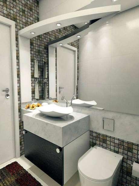 21. Ambiente moderno com uma cuba para banheiro que agrega mais design. Projeto por Ednilson Hinckel