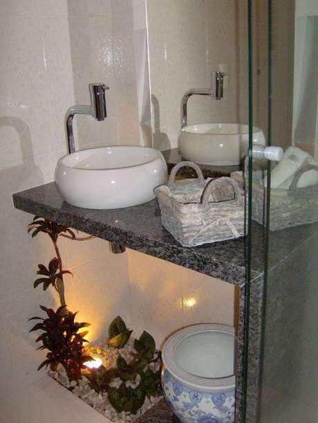6. A cuba para banheiro redonda é perfeita para lavabos pequenos que não possuem muitos itens de higiene pessoal. Projeto por Claudia Spessatto