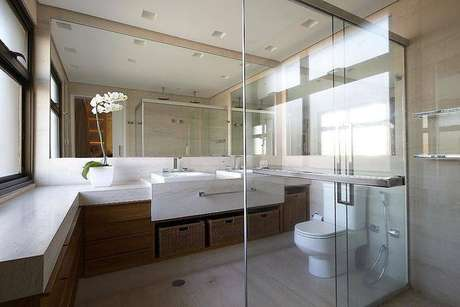 7. Pia dupla com cubas para banheiro embutidas num banheiro bastante espaçoso. Projeto por Patricia Covolo