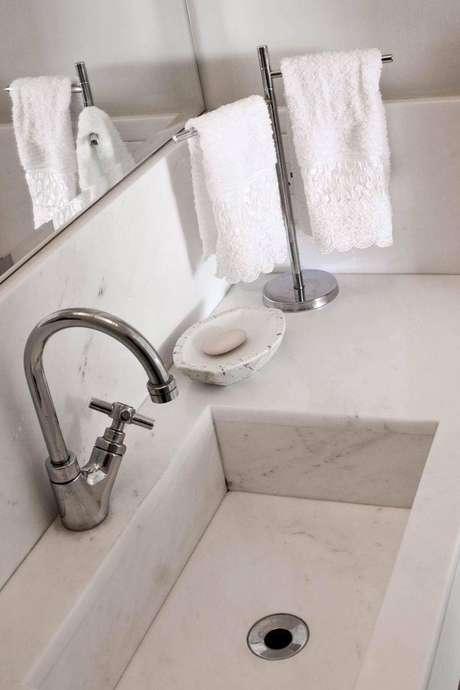 61. Detalhe de uma cuba para banheiro de mármore branco. Projeto por Kolanian Pasquini