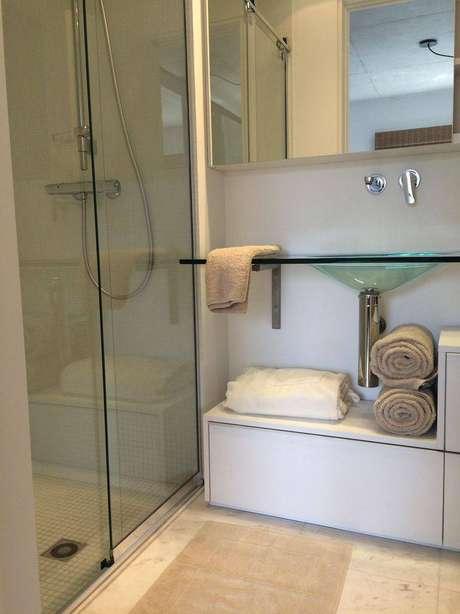 30. Cuba para banheiro feita de vidro é muito moderna e deixa o ambiente mais leve. Projeto por Cristina Bozian