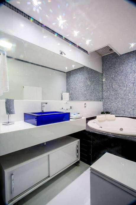 15. Cuba para banheiro de acrílico azul é o destaque visual desteambiente. Fonte: Pinterest