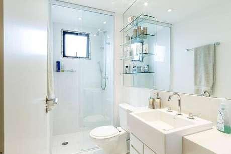 2. Cuba para banheiro parcialmente embutida num ambienteclean. Projeto por By Arquitetura