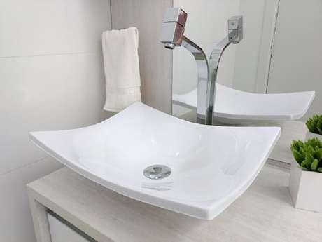 35- A cuba para banheiro em estilo moderno combina com torneiras de bica alta. Fonte: Pinterest