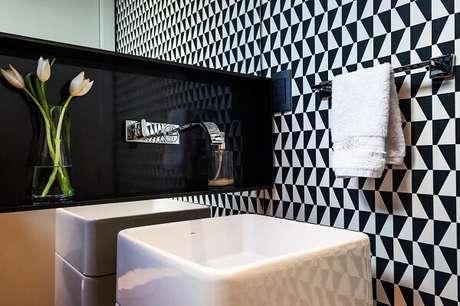 67. Cuba para banheiro de piso branca se destaca na decoração. Projeto por MarchettiBonetti+