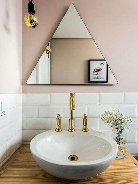 43. A cuba para banheiro em estilo escandinavo têm bancada de madeira e metais com bicas alta. Fonte: Pinterest