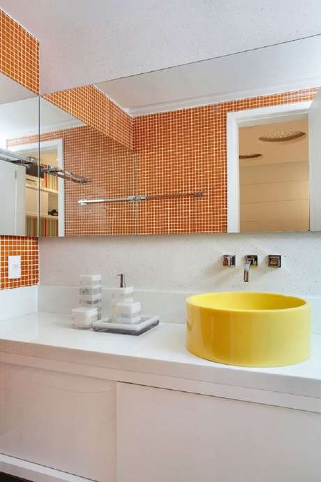 47. As cubas para banheiro redondas, altas e de cores fortes são o principal ponto de decoração do ambiente. Fonte: Pinterest