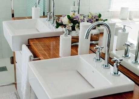32. Cuba para banheiro de semi encaixe é uma opção moderna para todos os estilos de decoração. Fonte: Pinterest