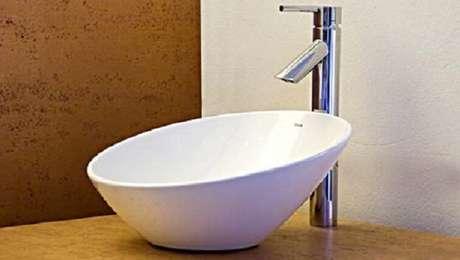 48. As cubas para banheiro em louça branca harmonizam com todos os ambientes. Fonte: Pinterest