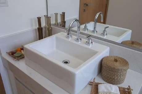 52. As cubas para banheiro podem ter metais com misturador para água fria ou quente. Fonte: Ana Spagnuolo & Marcos Ribeiro
