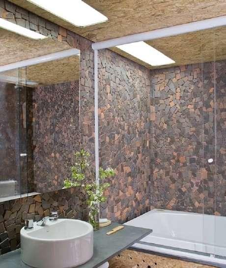54. A cuba para banheiro redonda em tamanho pequeno é ideal para ambientes estreitos. Fonte: Pinterest