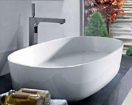 57. Na decoração cinza, a cuba para banheiro na cor branca se destaca. Fonte: Pinterest