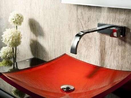 56. A cuba para banheiro na cor vermelha com formato quadrado confere ao ambiente um aspecto moderno e arrojado. Fonte: Quero Tendências