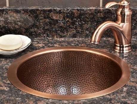 36. A cuba para banheiro em cobre deve combinar com os metais do ambiente. Fonte: Pinterest