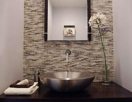 37. As cubas para banheiro de inox são ótimas alternativas para ambientes modernos. Fonte: Pinterest