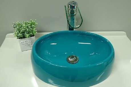 39. As cubas para banheiro redonda na cor azul é o destaque da decoração. Fonte: Pinterest