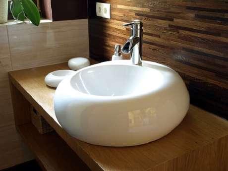 59. A cuba para banheiro com formato diferenciado é ideal para ambiente sofisticado. Fonte: Zap em Casa