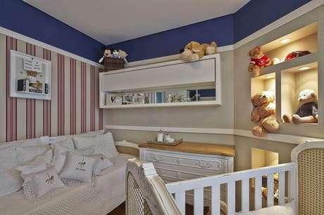 55. Quarto de bebê masculino com papel de parede listrado e tons azul e vermelho